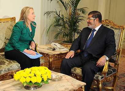 Clinton and Morsi discuss Israel-Hamas truce (Photo: AP)