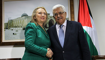 Reward moderates. Clinton with Abbas (Photo: AFP)