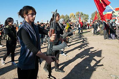 לוחמות כורדיות סוריות בגדוד נשי (צילום: AFP)