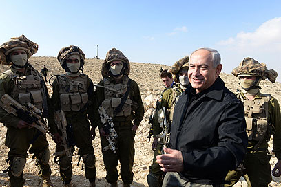 Netanyahu with soldiers near border (Archive photo: Moshe Milner, GPO)