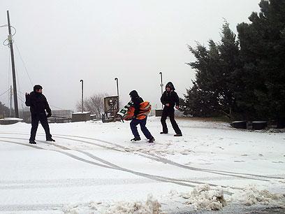 """משתעשעים בשלג בקיבוץ סאסא (צילום: אחיה ראב""""ד)"""