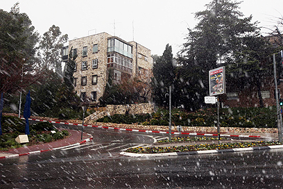 בינתיים, רק פתיתים. ירושלים, היום (צילום: גיל יוחנן)