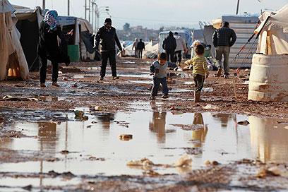 אלה התנאים שבהם חיים רבבות סורים (צילום: רויטרס)
