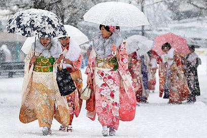 המטריות לא תמיד עזרו נגד הרוחות העזות. נשים בקימונו בטוקיו (צילום: EPA)