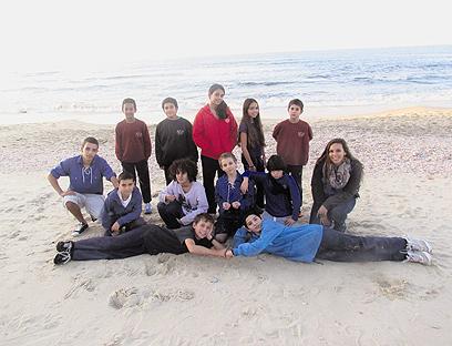 """ילדי הקיבוץ בחוף פלמחים. """"המסירות שלהם הדביקה את כולם"""" (צילום: אופיר דקל)"""