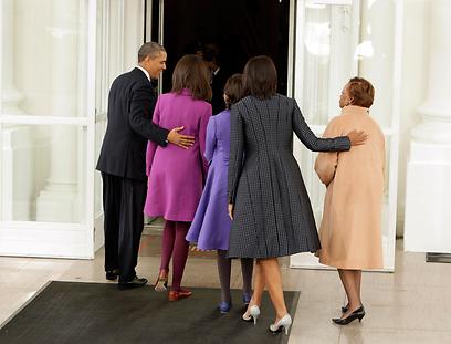 משפחת אובמה חוזרת לבית הלבן (מימין, אמה של מישל, מריאן רובינסון) (צילום: רויטרס)