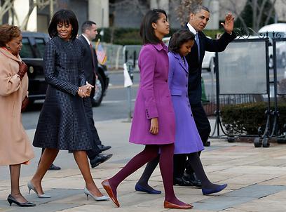 משפחת אובמה בדרכה מהכנסייה לבית הלבן (צילום: AP)