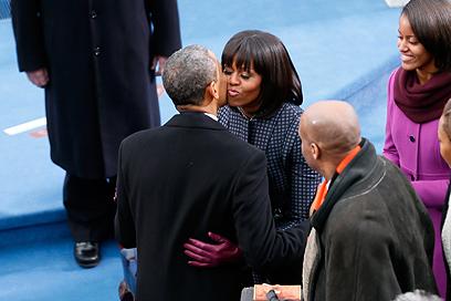 הזוג הנשיאותי בנשיקה לפני ההשבעה (צילום: AFP)