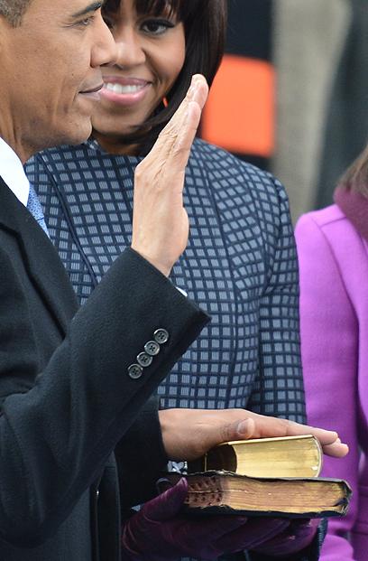 """אובמה בחר בשני ספרי תנ""""ך וברית חדשה - של הנשיא אברהם לינקולן ושל מרטין לותר קינג (צילום: AFP)"""