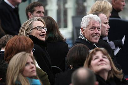 הקלינטונים צופים בהשבעה (צילום: AFP)