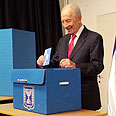 President Peres votes Photo: Kobi Nachshoni