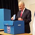 President Peres votes Photo: Kobi Nachshoni