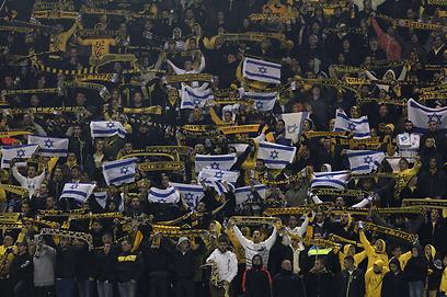 הקהל הירושלמי הגיע מצויד בדגלים (צילום: חיים צח)