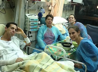 נולד מחדש במחלקת כוויות. יואב אסא בבית החולים ()