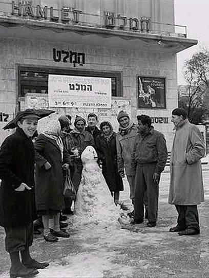 """בובת שלג ליד קולנוע מוגרבי בתל-אביב (צילום: דוד אלדן, לע""""מ)"""