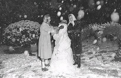 """בובת שלג בתל-אביב (צילום: דוד אלדן, לע""""מ)"""