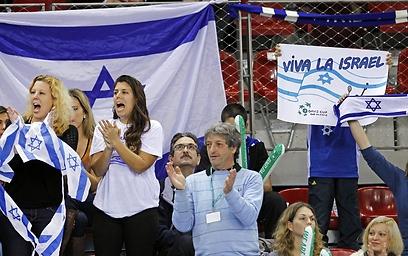 אוהדי נבחרת ישראל ביציע. גם הם לא עזרו (צילום: AP)