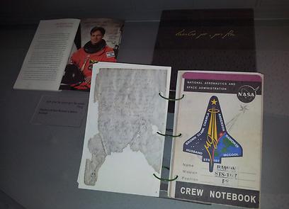 העתק של היומן שלקח איתו רמון לחלל (צילום: זיו ריינשטיין)