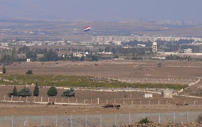 דגל סורי הנשקף מהגבול, השבוע ברמת הגולן (צילום: אביהו שפירא)
