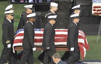 הלווית חייל אמריקני. האיסור לצלם את הארונות הנוחתים בוטל בתקופת אובמה (צילום: MCT)