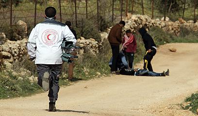 הסהר האדום נקרא לפנות את הפצועים  (צילום: EPA)