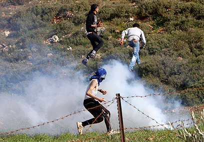 Palestinians near village of Kusra (Photo: Reuters) (צילום: רויטרס)