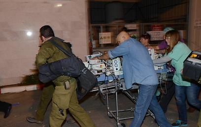 בדרך מבית החולים יוספטל למסוק הצבאי (צילום: מאיר אוחיון)