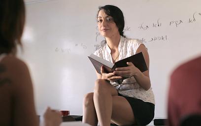 """אסתי ירושלמי כמורה ב""""מעשייה אורבנית"""" (צילום: מתוך הסרט)"""