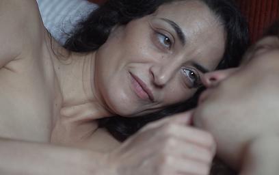 """אסתי ירושלמי בעירום ב""""מעשייה אורבנית"""". לא מתביישת בגוף (צילום: מתוך הסרט)"""