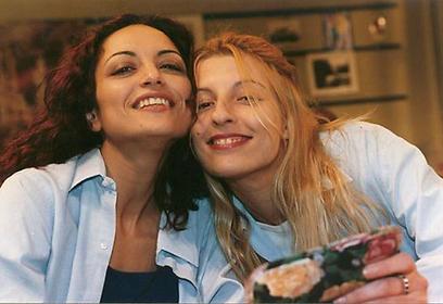 """גירל פאוור. דנה ברגר ואסתי ירושלמי ב""""עניין של זמן"""" (צילום: מתוך הסדרה)"""