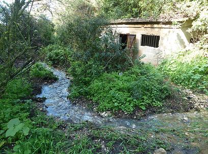 בית המשאבות הישן ליד נחל אחוזה (צילום: יאיר זיידנר, אתר מפה)