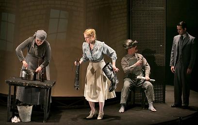 """מתוך """"איש קטן מה עכשיו?"""" של תיאטרון הקאמרי (צילום: דניאל קמינסקי)"""