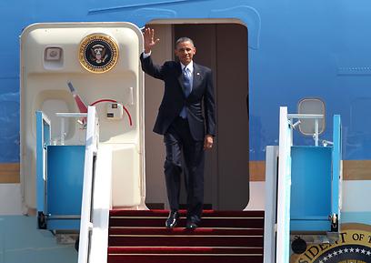 צעדים ראשונים בביקור ההיסטורי (צילום: AFP)