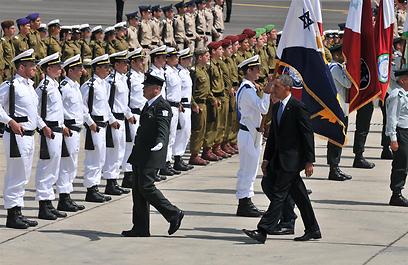 המסדר הצבאי שהמתין לנשיא אובמה בירידה מהמטוס (צילום: ירון ברנר)