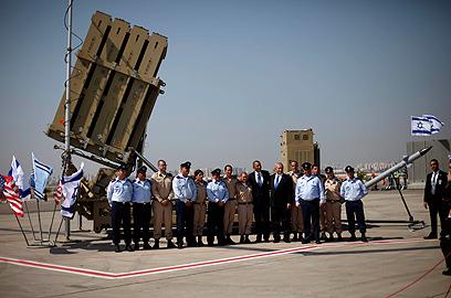 """אובמה עם מפעילי סוללת כיפת ברזל שהוצבה בנתב""""ג (צילום: AP)"""