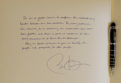 Obama signs Prime Minister's guest book (Photo: Avi Ohayon, GPO)