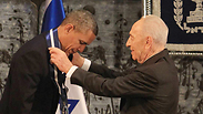 Peres awarding Obama a presidential medal, March 2013 Photo: Gil Yohanan
