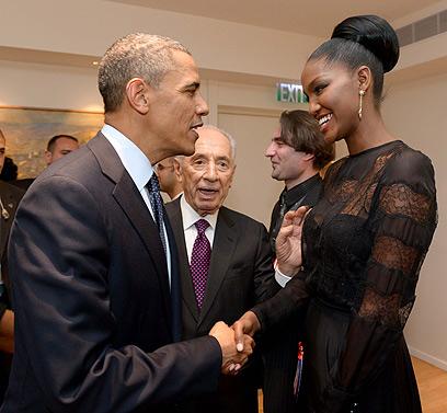 """הצלחת לצלם? אובמה מסתודד עם המלכה (צילום: אבי אוחיון, לע""""מ)"""