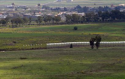 מבט מעבר לגבול (צילום: אביהו שפירא)