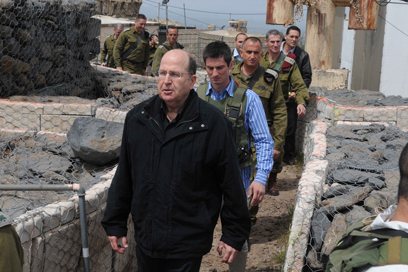 Ya'alon tours IDF position in Golan Heights (Photo: Avihu Shapira)