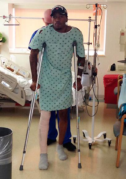 קווין וור על קביים בבית החולים (צילום: רויטרס)