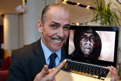 """מהדי אואזאני ו""""השטן"""" שלו. יש דמיון לנשיא? (צילום: AP)"""