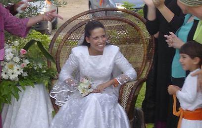 שלושה חודשים לפני שנהרגה, נישאה לבן זוגה. מתת רוזנפלד בחתונתה