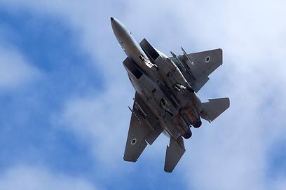 המשלוח המתין בדמשק והופצץ. מטוס קרב ישראלי (צילום: EPA)