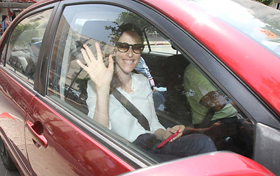 היי גם לך! יונית לוי אחרי השחרור מבית החולים (צילום: מוטי לבטון)