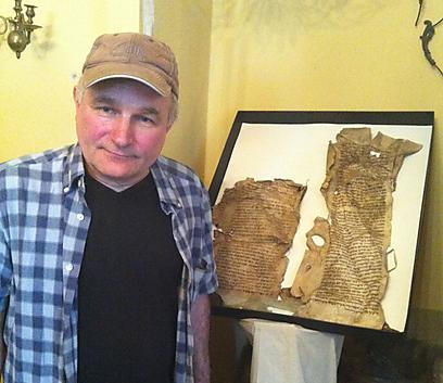 הודות לידע שלו בעברית, הוא משחזר את ספרי הקודש שמצא בגניזת בית הכנסת בזמושץ. מירק קינג'ו (צילום: שרה העצני כהן)
