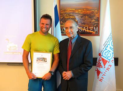 שגריר של רצון טוב. עם שר התיירות, עוזי לנדאו (צילום: דב גרינבלט)