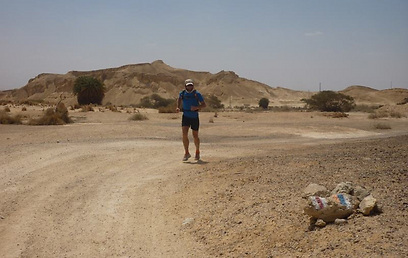 התוואי בדרום הארץ קשה משחשבתי. בולס רץ בנוף המדברי (צילום: דב גרינבלט)