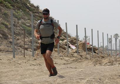 גם החול לא עוצר אותו. בולס בחוף תל ברוך (צילום: דב גרינבלט)