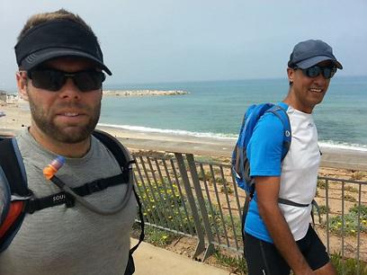 בחופי נתניה עם רונן מלחי (צילום: דב גרינבלט)
